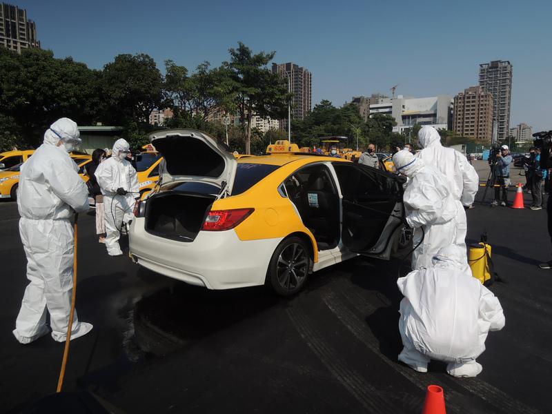 为防止疫情传播台湾加强对出租车消毒(图片来源:中央社)