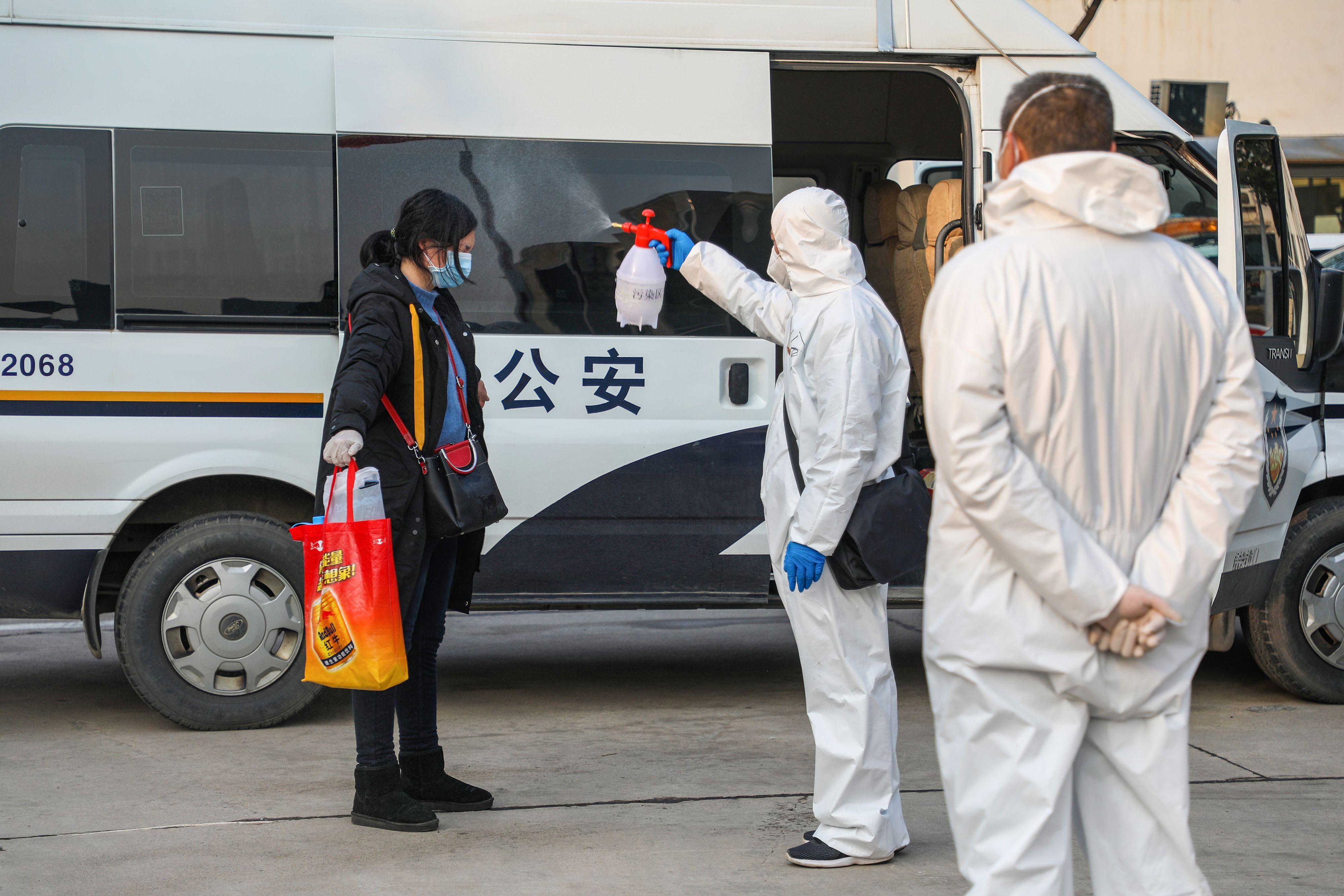 一个大陆公民正在接受消毒(图片来源:STR/AFP via Getty Images)