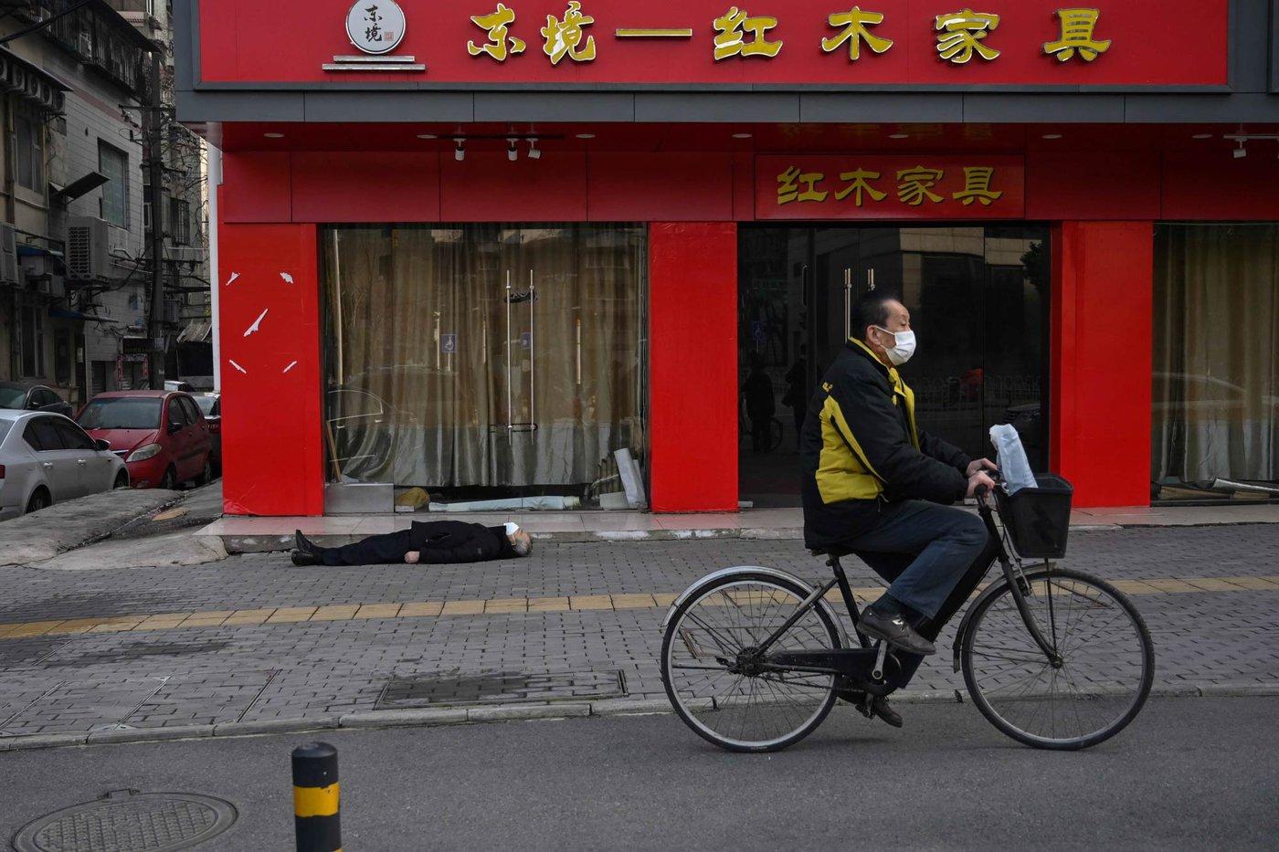 法新社记者亲眼目睹武汉民众倒毙街头,现场距离武汉第六医院只有一个街区。(图片来源:HECTOR RETAMAL/AFP via Getty Images)