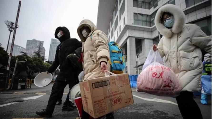 武漢肺炎患者於2020年3月9日離開武漢市的一家臨時醫院。(圖片來源:STR/AFP via Getty   Images)