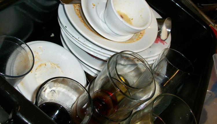 油腻腻的锅和碗筷