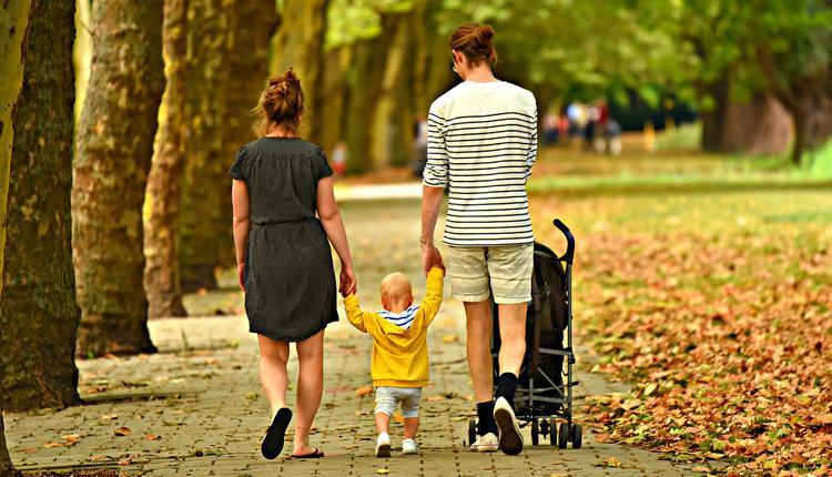 父母帶孩子在公園散步