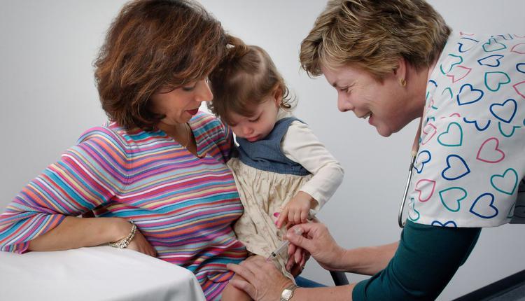 小孩注射疫苗