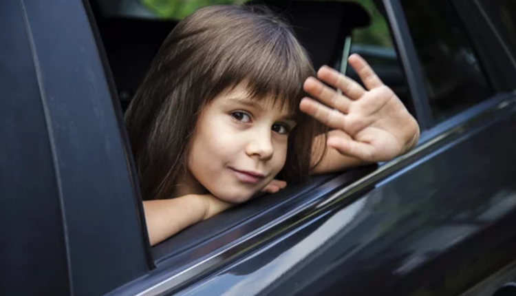 坐在车里挥手告别