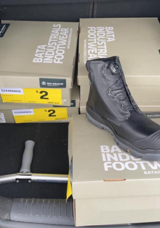 其中一款仅售2澳元的促销鞋子