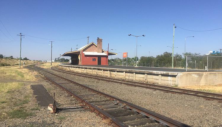 莫里(Moree)位於新州北部內陸地區,距離悉尼約620公里車程,大約7個多小時的車程。