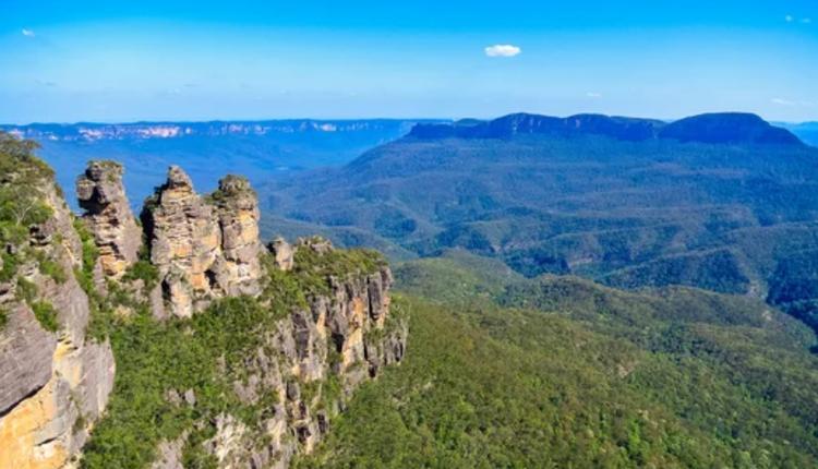 從澳洲藍山國家公園的Echo Point 眺望著名的Three Sisters峰。