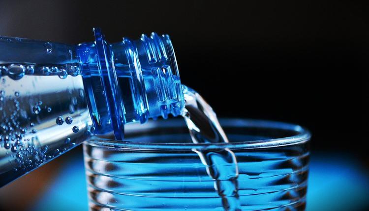 喝水,矿泉水