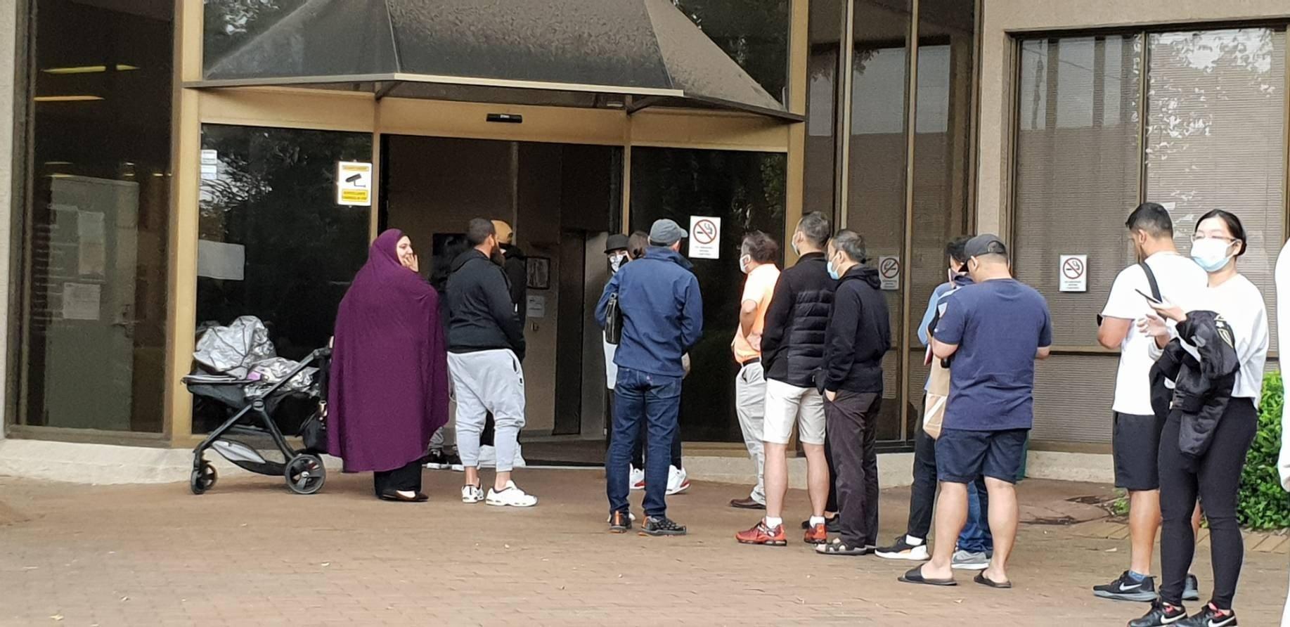 澳洲各个地区的Centrelink外面排队等待领取补助的人们。